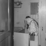 slaapkamer van 1.80m bij 3m met eenpersoons bed voor vader en moeder en drie kinderbedjes 1963